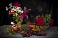Flores en un florero Fotos de archivo libres de regalías