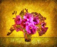 Flores en un florero cristalino en un fondo del oro Imagen de archivo