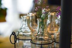 Flores en un florero de cristal fotos de archivo