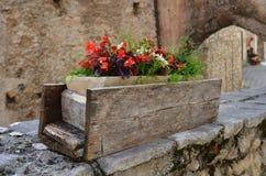 Flores en un florero de madera Fotografía de archivo