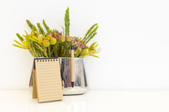 Flores en un florero del metal Foto de archivo libre de regalías