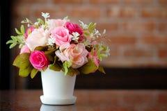 Flores en un florero en la tabla Fotos de archivo