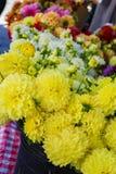 Flores en un mercado local de los granjeros Foto de archivo