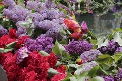 Flores en un monumento en Victory Day Fotografía de archivo libre de regalías