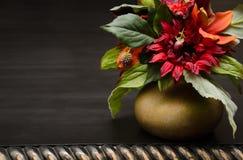 Flores en un pote de oro Foto de archivo libre de regalías