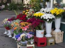 Flores en un vendedor de calle en Bucarest Imagen de archivo libre de regalías