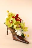 Flores en un zapato de la mujer Fotos de archivo libres de regalías