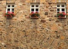 Flores en una casa de marco alemana tradicional de madera en Alemania Imagen de archivo libre de regalías