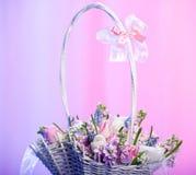 Flores en una cesta Imágenes de archivo libres de regalías
