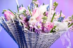 Flores en una cesta Fotografía de archivo libre de regalías