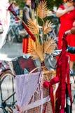 Flores en una cesta de la bicicleta imágenes de archivo libres de regalías