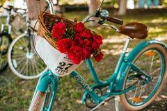 Flores en una cesta de la bicicleta fotografía de archivo