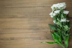 Flores en una tabla de madera Fotografía de archivo