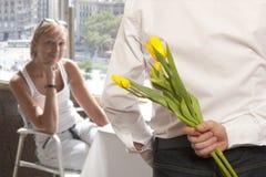 Flores escondendo do ramalhete do homem Imagens de Stock Royalty Free