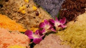 Flores exóticas en el arroz pegajoso del mango Orquídeas púrpuras hermosas del primer colocadas en la porción de tailandés tradic almacen de metraje de vídeo