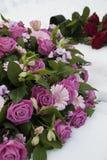 Flores fúnebres en la nieve en un cementerio Foto de archivo
