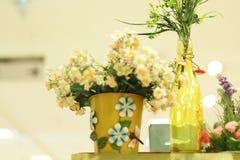 Flores falsas en un florero blanco Fotografía de archivo
