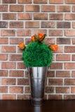 Flores falsas en una tabla marrón Imagen de archivo libre de regalías