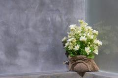 Flores falsas puestas en un bolso foto de archivo