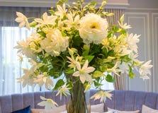 Flores falsificadas no vaso na sala de jantar fotografia de stock royalty free