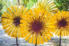 Flores feitas de uma garrafa plástica garrafa plástica reciclada Conceito da reciclagem de resíduos Foto de Stock Royalty Free