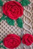 Flores feitas malha Linhas feitos a mão Trabalho talentoso imagem de stock