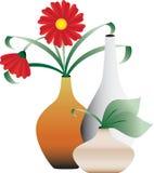 Flores florecientes en floreros Imágenes de archivo libres de regalías