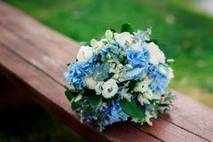 Flores frescas azules y blancas hermosas que se casan el ramo imagenes de archivo