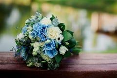 flores frescas azules y blancas que se casan el ramo imagen de archivo