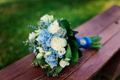 flores frescas azules y blancas que se casan el ramo fotos de archivo libres de regalías