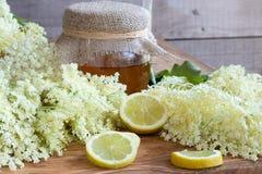 Flores frescas da pessoa idosa com limão e mel foto de stock royalty free