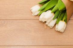 Flores frescas das tulipas e coração decorativo em pranchas de madeira Fotos de Stock Royalty Free