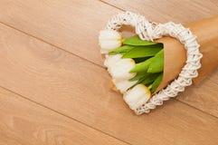 Flores frescas das tulipas e coração decorativo em pranchas de madeira Imagens de Stock Royalty Free