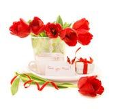 Flores frescas del tulipán con café de la mañana Foto de archivo libre de regalías