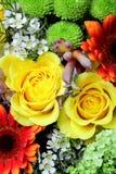Flores frescas em um mercado fotografia de stock