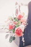 Flores frescas hermosas en una caja de madera Fotografía de archivo libre de regalías
