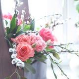 Flores frescas hermosas en una caja de madera, ajuste de la luz natural Foto de archivo libre de regalías