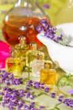 Flores frescas, maja, frasco y aceite esencial Foto de archivo