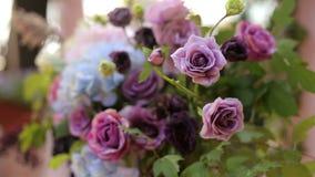 Flores frescas na decoração do casamento na cerimônia vídeos de arquivo