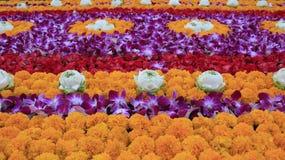 Flores frescas para la adoración de Buda foto de archivo libre de regalías