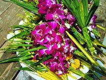 Flores frescas para los budistas que adoran a Buda fotos de archivo