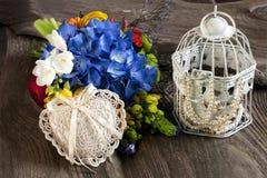 Flores frescas y accesorios para el día de madres, día de tarjetas del día de San Valentín, casandose Fotografía de archivo libre de regalías