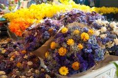 Flores brillantes con color hermoso en un mercado. Fotos de archivo