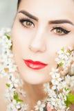Flores hermosas de la mujer joven y de la primavera imagen de archivo libre de regalías