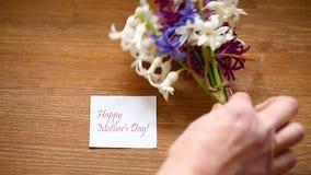 Flores hermosas de la primavera del jacinto con la enhorabuena para la mam?