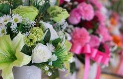Flores hermosas del primer en concepto feliz de la sensación del jarro blanco fotografía de archivo libre de regalías