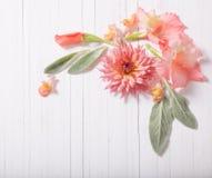 Flores hermosas en el fondo de madera blanco Imagenes de archivo