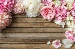 Flores hermosas en el fondo de madera, diverso, lugar para el texto, primer imagen de archivo libre de regalías