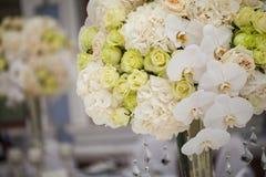 Flores hermosas en la tabla Imágenes de archivo libres de regalías