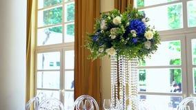 Flores hermosas en la tabla en día de boda almacen de metraje de vídeo